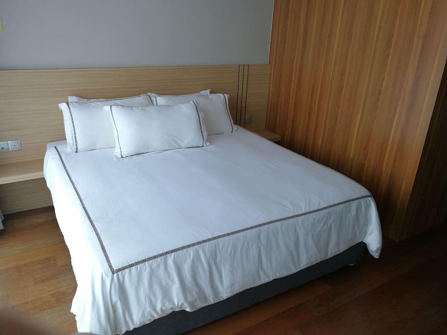 Master Bedroom - king bed (ensuite)