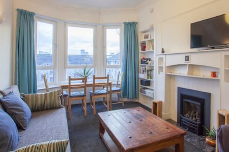 Bright, cosy, well-lit flat in vibrant Partick