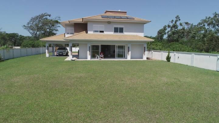 Casa grande em barranca de rio em Tramandaí-RS