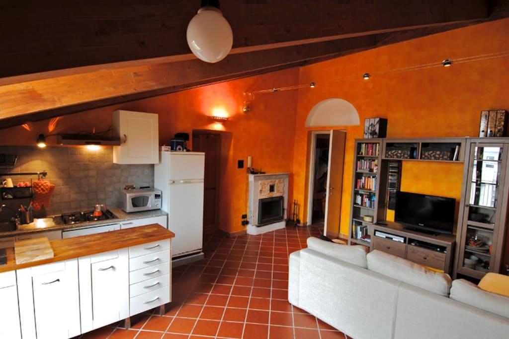 romantique appartement mansard avec chemin e appartements louer turin piedmont italie. Black Bedroom Furniture Sets. Home Design Ideas