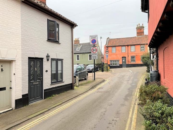 Bungay town centre cottage close to river