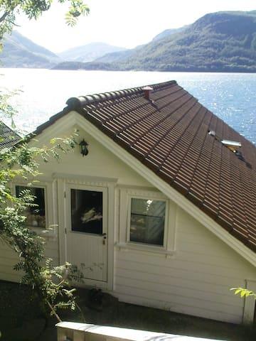 Schönes Rorbuer direkt am Wasser - Vindafjord - House