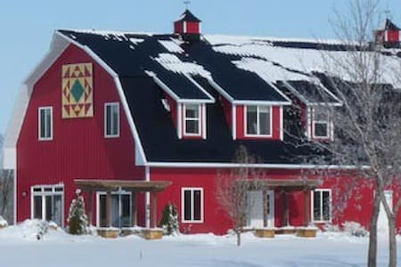 Red Barn Retreats - Sleeps 10 - Garden City