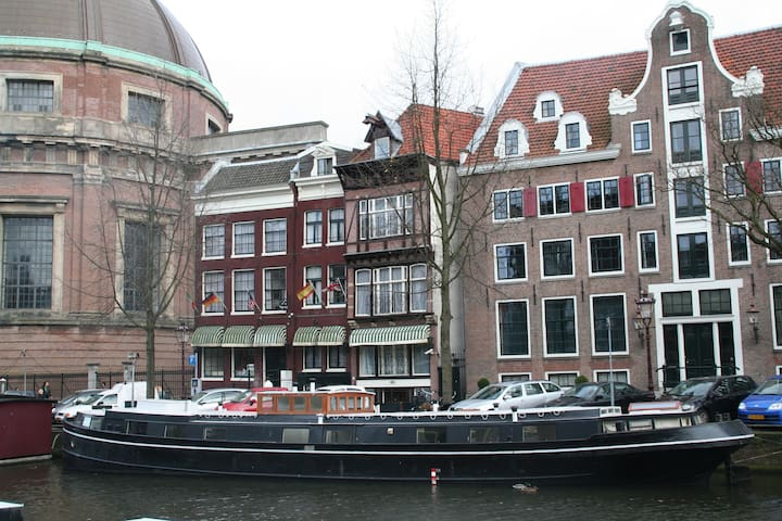 Historic houseboat in city centre boats for rent in for Airbnb amsterdam