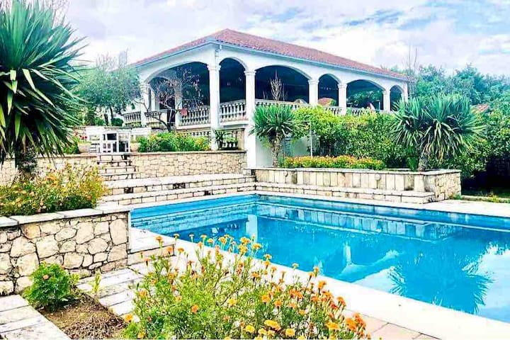 Charming Country House with Beautiful Pool&Gardens