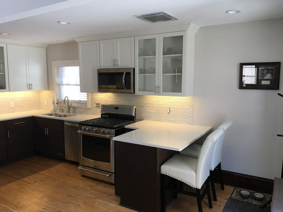 Fully renovated kitchen w/quartz countertops and all stainless appliances