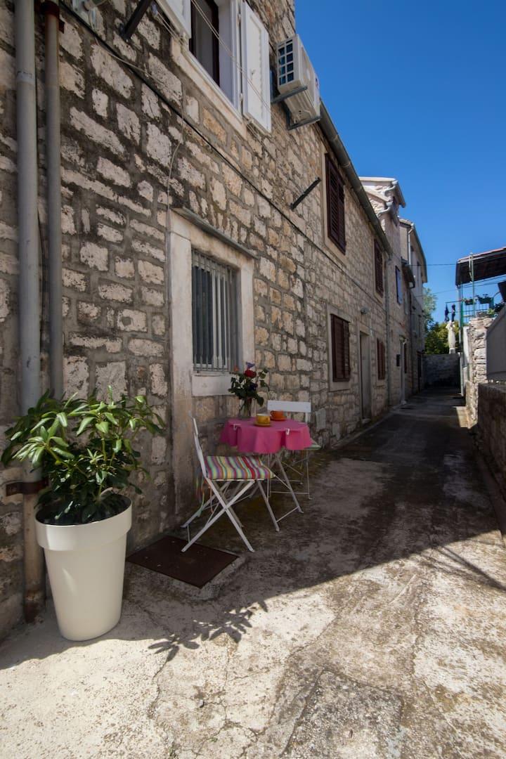 La casa di pietra con tre camere da letto, al mare 100m dal centro, a Stari Grad - isola di Hvar