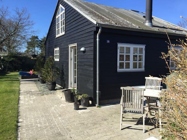 Tasteful and quiet summerhouse 1 min. from beach - Egå - Blockhütte