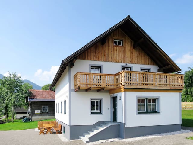 Beautiful holiday home directly above the Grundlsee, just 200m from the lake