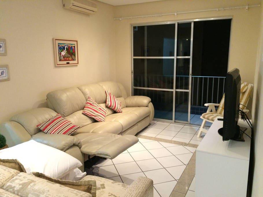 Sala com sofá reclinável
