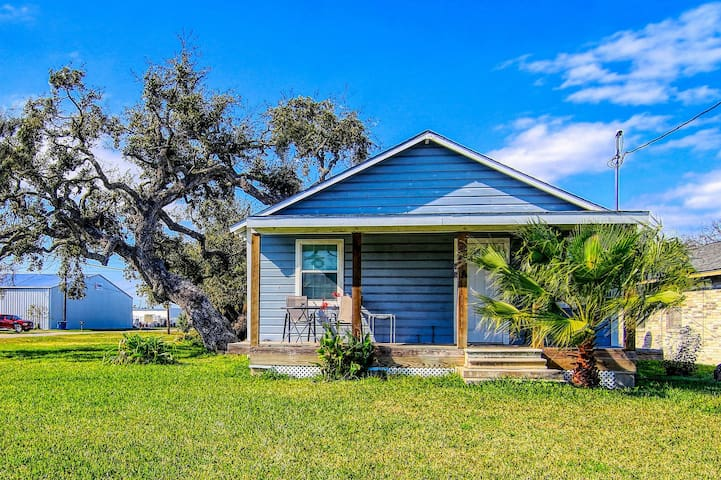 Cozy home w/ front porch & shared barn - walk downtown, 2 dogs OK!