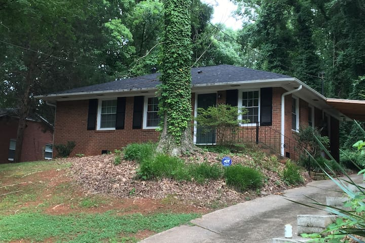 3 bed 1.5 bath house near everything Charlotte.