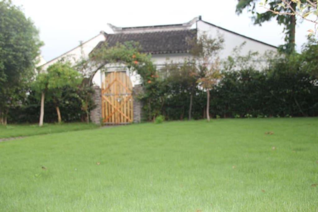 打开这张院子的门走进来,就到了桃谷周庄啦!