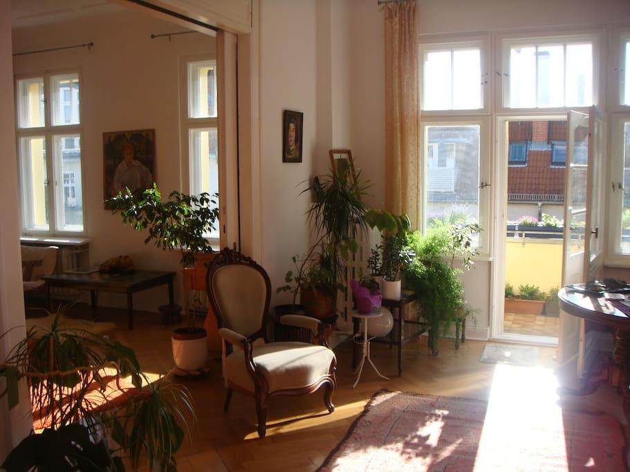 Blick v Esszimmer zum Balkon und Wohnzimmer
