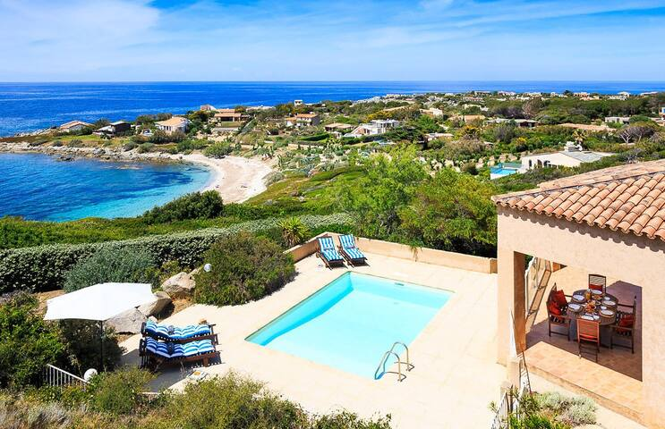 Spacious 4 bed villa, walking distance to the beach