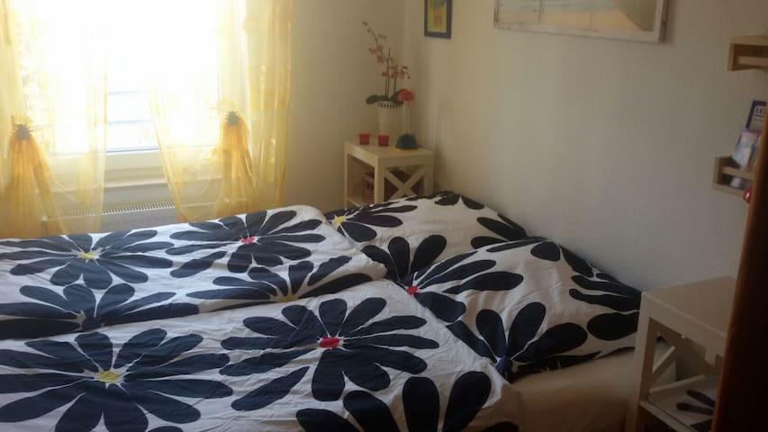 Du schläfst im bequemen Doppelbett.