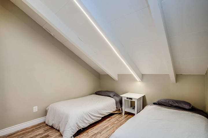 Sixth bedroom in the West loft with two twin beds.