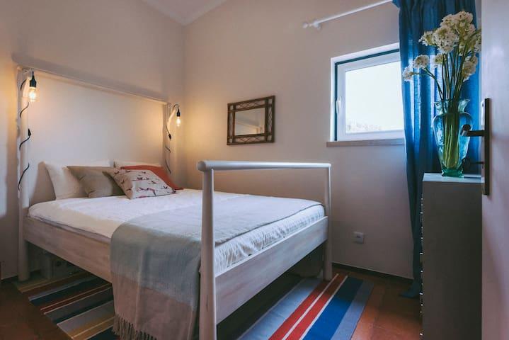 Zimmer 1 mit Queensize Bett und en-suite Bad