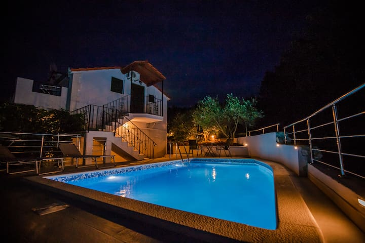 Charming villa with sea view and swimming pool