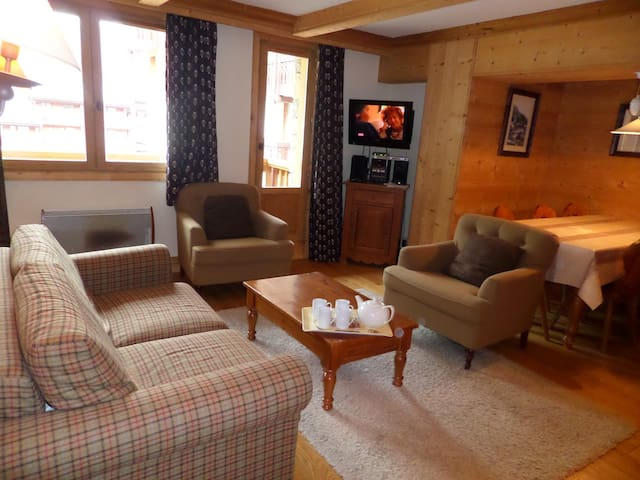 AQUI204 - Beautiful 2 bedroom cabin apartment for 8 people located in Val d'Isère, ski-in/ski-out, 500m away from town centre, free shuttle bus stop close to the residence
