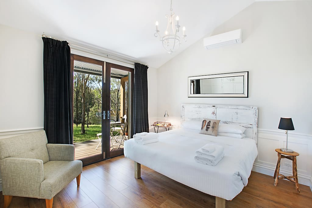 King sized bed with luxury linen