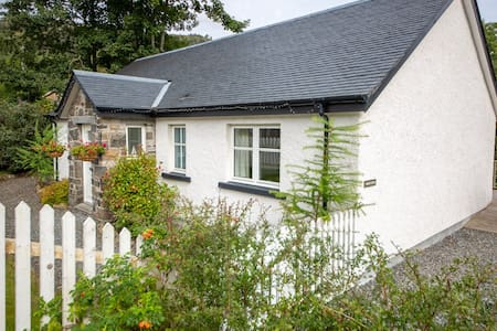 Ghillie's Cottage on the River Lochay