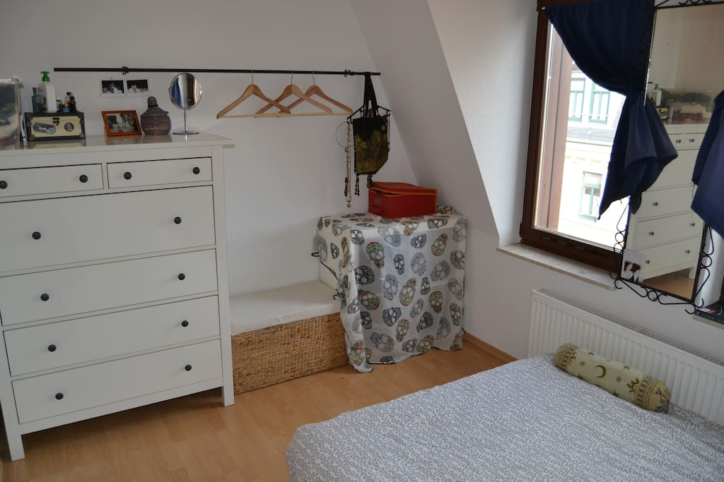 bedroom with queen-size bed and drawers/clothes hanger