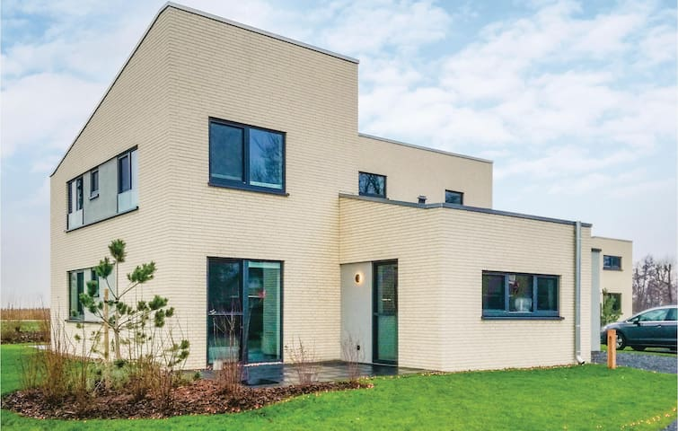 Nice home in Lembruch/Dümmer See with Indoor swimming pool, Sauna and 5 Bedrooms