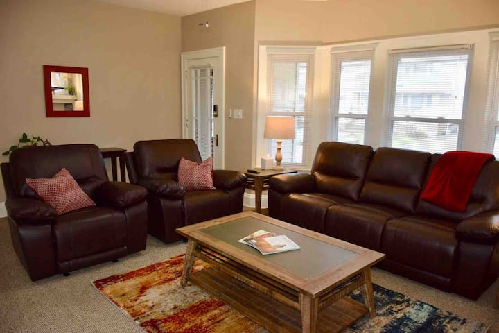 Spacious 2 BR-1st Floor. 6 mi to Cleveland