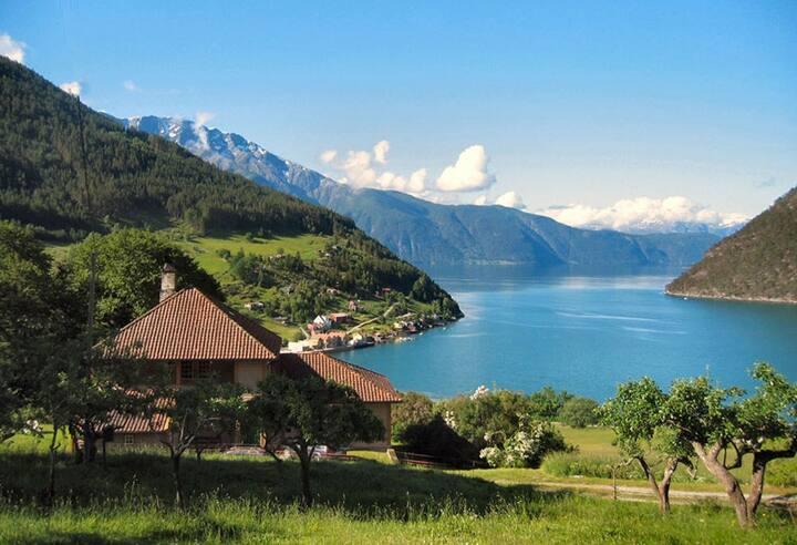 Dobbeltrom «Amlaholten» med utsikt over Fjorden