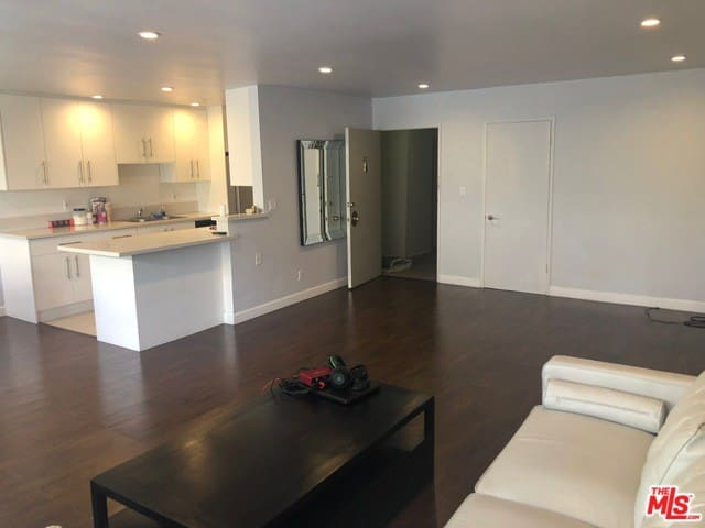 Beautifully Remodeled 2 BR APT in Beverly Hills