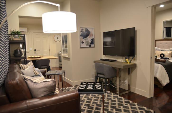 Luxury 1 Bedroom near Liberty Park- Business Ready