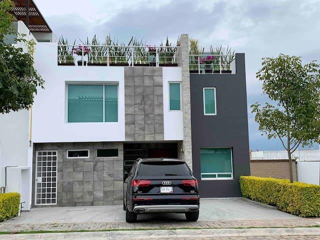 Casa con Roof en Privada Lomas de Angelopolis .C2
