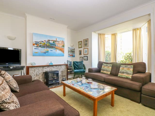MERMAID COTTAGE, pet friendly, with a garden in Newlyn, Ref 7441