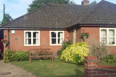 Comfortable single  room - Horsham Saint Faith - Bungalo