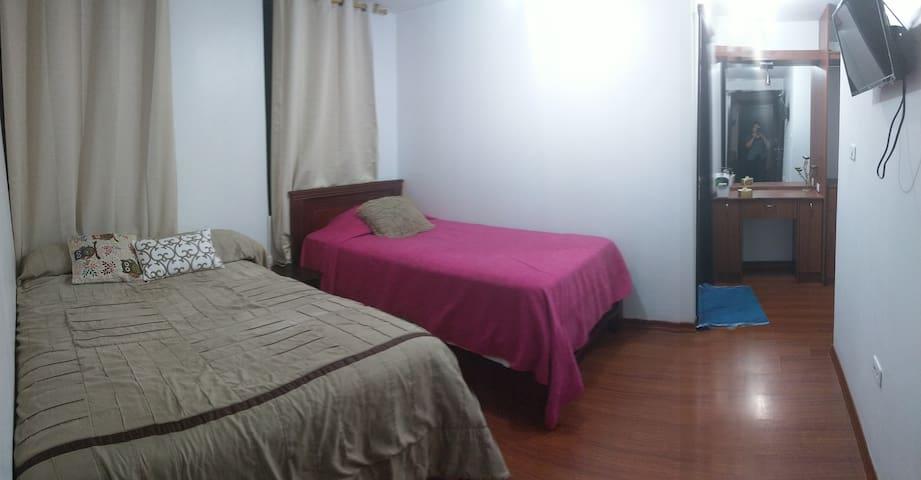 Habitación múltiple: una cama de dos plaza, otra de plaza y media y la tercera cana es de una plaza con baño privado