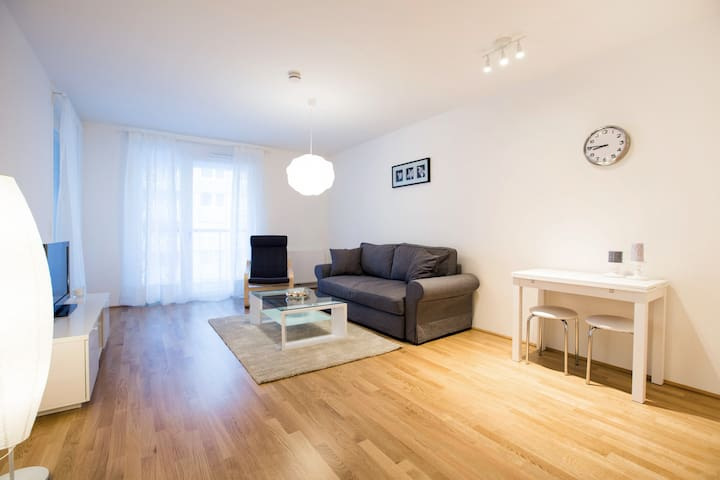 Cosy flat next to the UN and AC