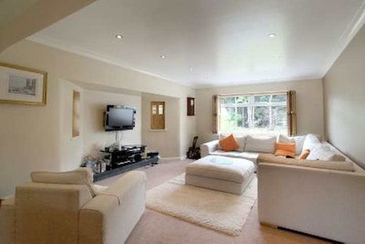 Bright, spacious 5 bed house - Hale Barns - Hale Barns - Ev