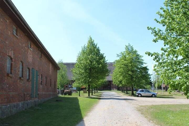 Futterhaus neben der Wasserburg Liepen