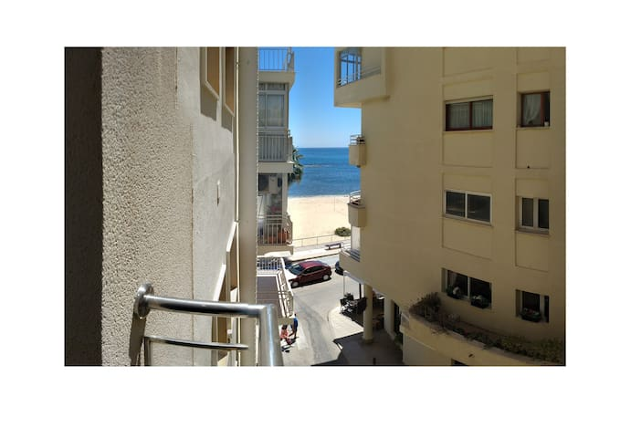 Centre & 50 meter from the beach. Airco/wifi.