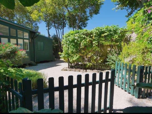 """Gîte de charme """"la cabane"""" et son jardin privé - Sommières"""
