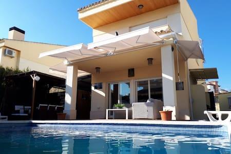 Villa Hoyo en Uno. Piscina y chimenea.8 personas