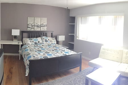 Private master bedroom(only female) - Lake Forest
