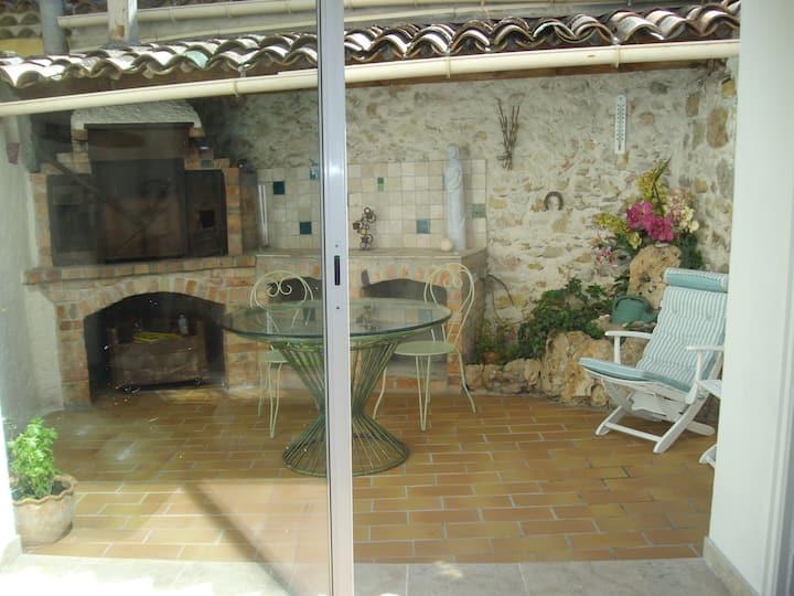 Maison traversante T3 de 80m² avec terrasse.