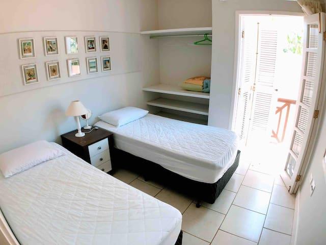 Quarto n° 2 com duas camas de solteiro que podem ser unidas, se necessário.
