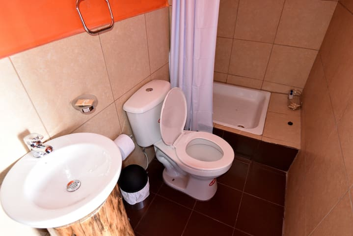 Jilguero private bathroom with hot shower and toiletries.