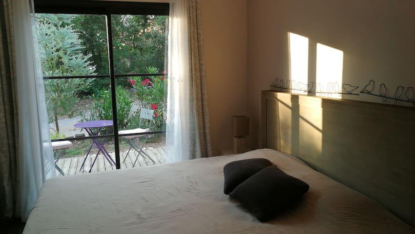 Vue sur l'eucalyptus et les lauriers roses bordant la terrasse de la chambre