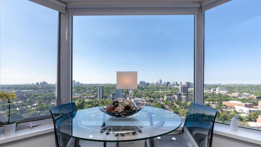 5-Star Executive Suite in The Heart of Yorkville!