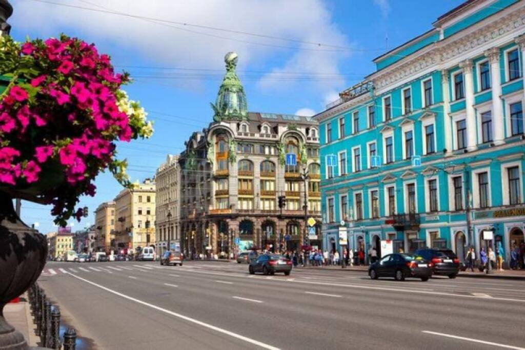 До Невского проспекта 10 минут пешком
