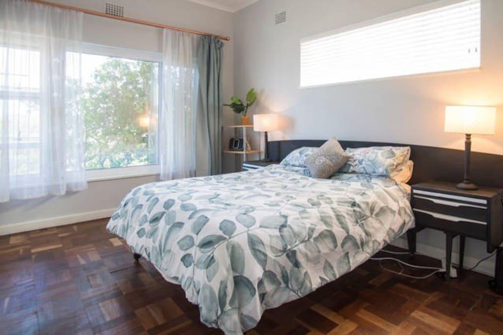 Master bedroom - queen size bed
